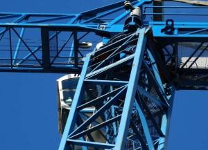 Usługi dźwigowe -niebieski dźwig w pracy